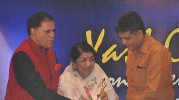 Lata Mangeshkar Felicitated with the First \'Yash Chopra Memorial Award\'
