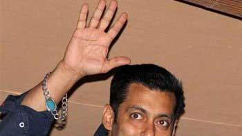 Salman Khan\'s bracelet drives fans crazy!