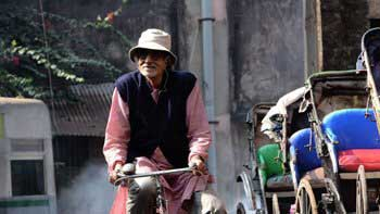 Amitabh Bahchan goes cycling on the streets of Kolkata