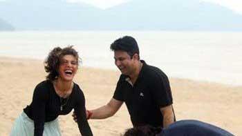 Arjun Rampal and Jacqueline Fernandez touch Bhushan Kumar\'s feet
