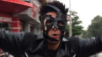 Ranveer Singh dances on Mumbai\'s street wearing Krrish costume