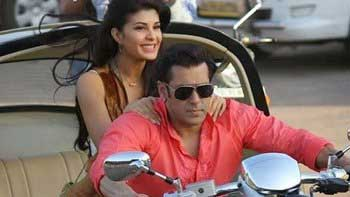 Salman Khan gifts a painting to Jacqueline Fernandez