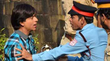 Shah Rukh Khan gets trashed by the security guard of \'Mannat\'!