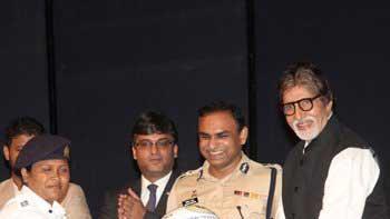 Amitabh Bachchan distributes helmets to Mumbai Traffic Police officials
