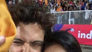 Check out Hrithik Roshan, Lisa Ray's goofy selfie