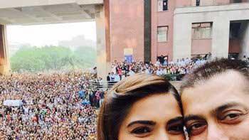Checkout Salman Khan-Sonam Kapoor's PRDP promotional selfie with fans!