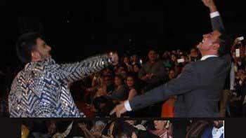 Ranveer Singh wins Best Actor award at award function, falls at Amitabh Bachchan's feet