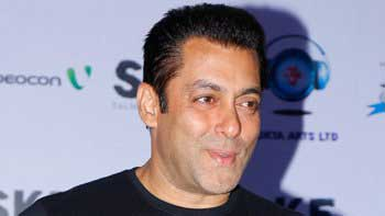 Salman Khan wears cheap t-shirts and old clothes in his real life!