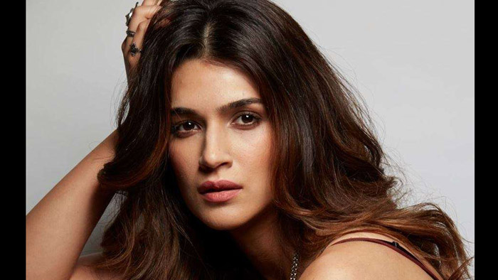 After starring in the sweetest flick of 2017, Kriti inks a sweet deal in 2018!