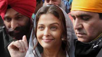 Aishwarya Rai Bachchan visits Golden Temple for Omung Kumar's 'Sarbjit'