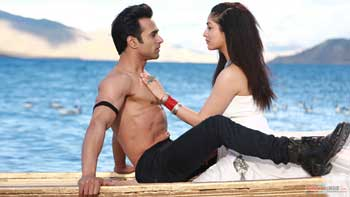 'Sanam Re' Makes More Business Than 'Fitoor' On Its Opening Day!!