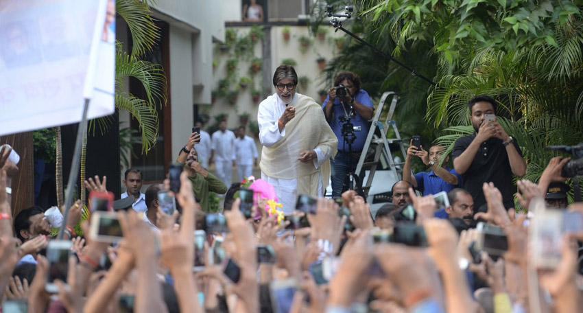 Amitabh Bachchan celebrates 102 Not Out with his fans and goes Badumbaaa!